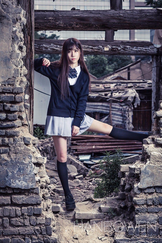 废墟内的制服少女